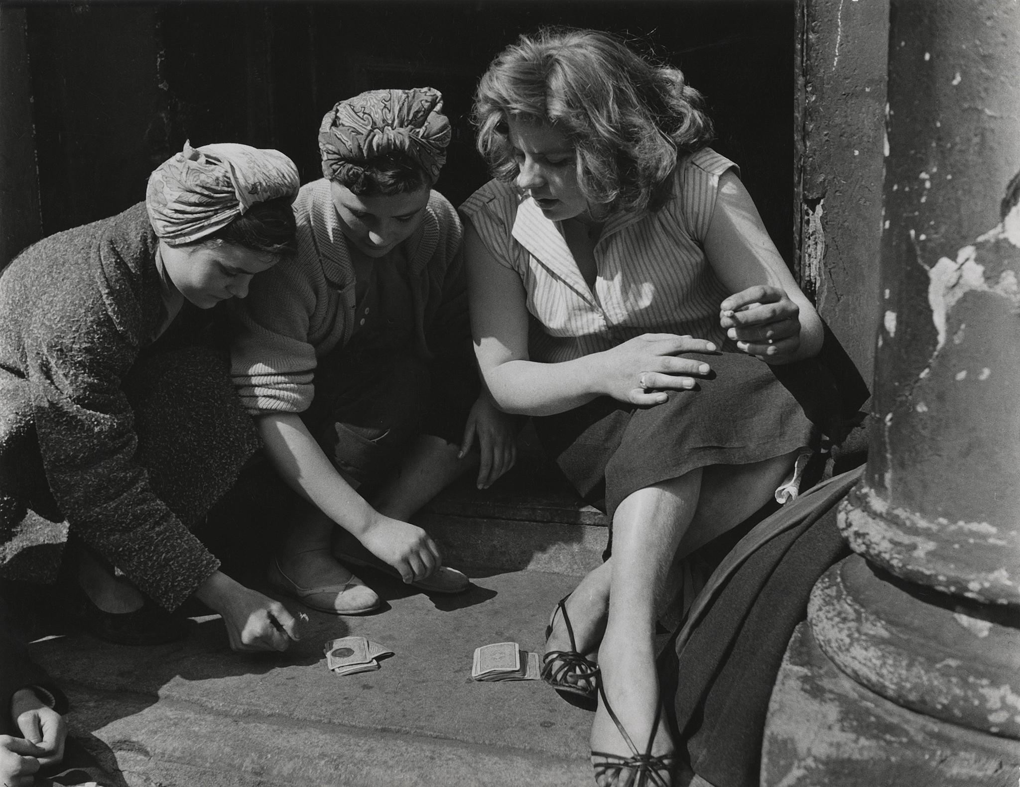 Азартные игры для девочек, Лондон, 1956. Фотограф Роджер Майн